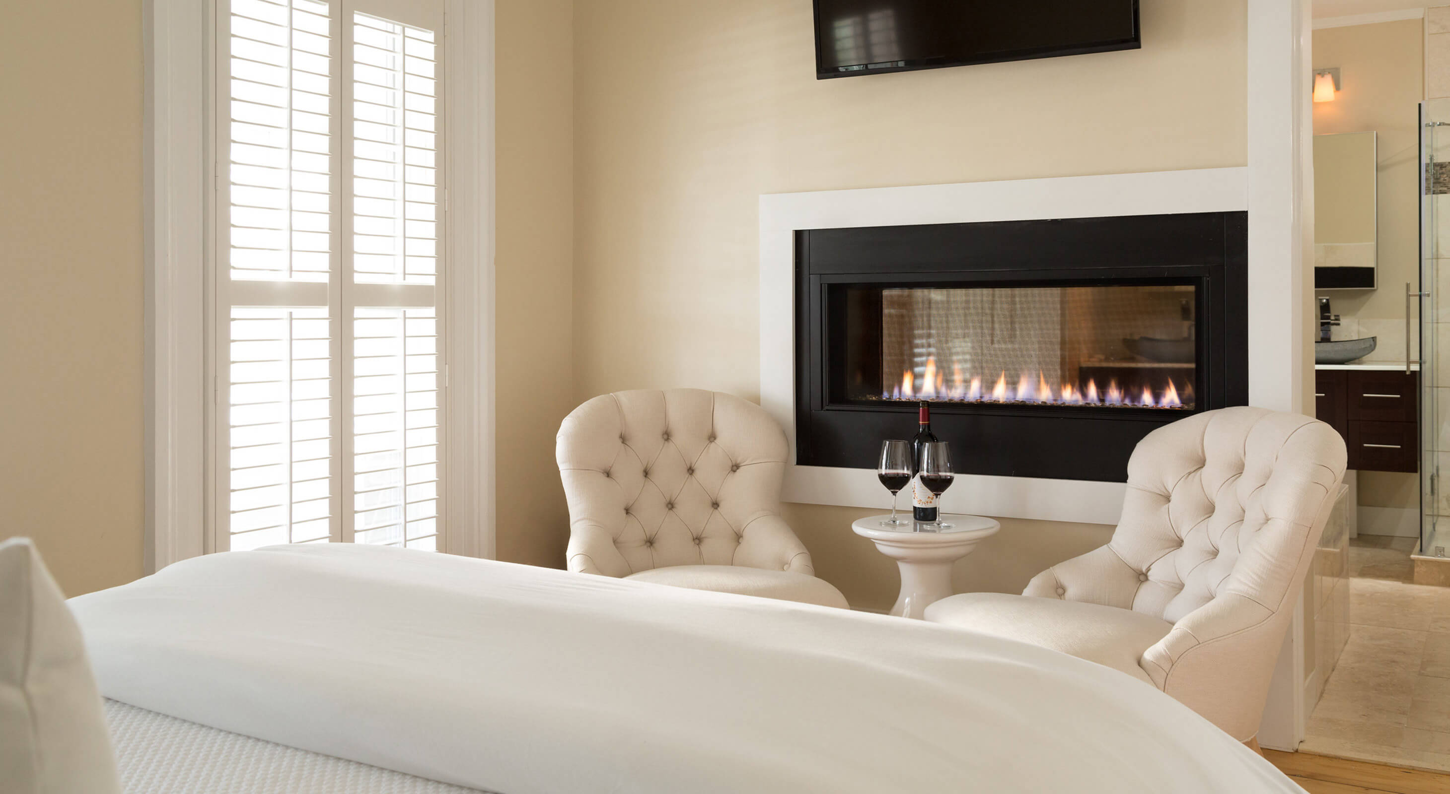 Room 7 seating area with fireplace - Relais & Châteaux Hotel in Chatham